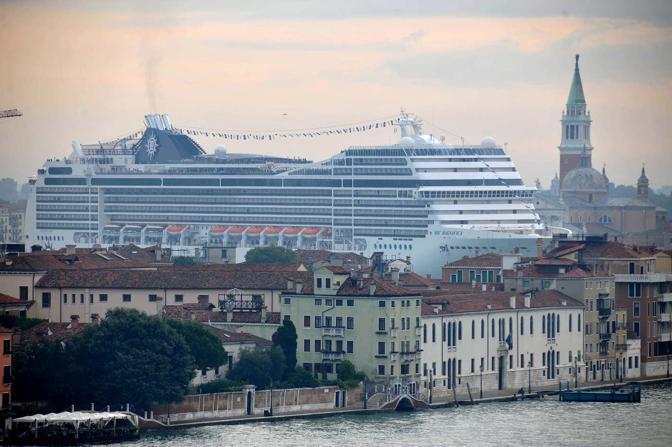 Venezia, 28/02/2011. Il passaggio in bacino della nave Msc Magnifica.