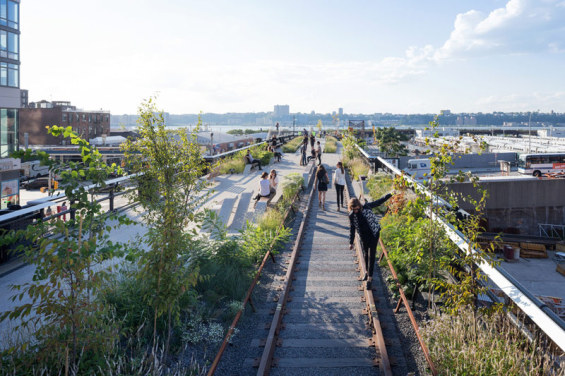 1407-High-Line-At-The-Rail-Yards-Photo-By-Iwan-Baan-565x376